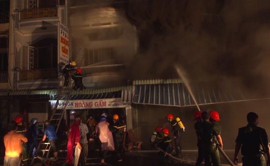 Cháy lớn thiêu rụi nhiều hàng hóa ở Cà Mau
