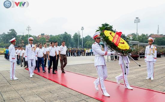 BTC Giải xe đạp Quốc tế VTV Cúp Tôn Hoa Sen 2019 cùng toàn đoàn dâng hoa tưởng nhớ Chủ tịch Hồ Chí Minh vĩ đại