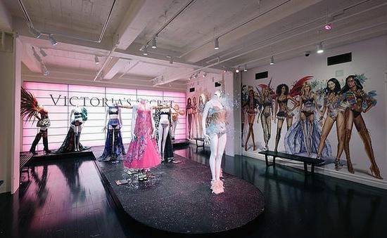 Victoria's Secret làm mới nhãn hiệu với việc lần đầu tiên chiêu mộ mẫu chuyển giới