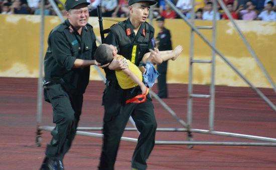 Tuyên dương 5 cán, bộ chiến sĩ kịp thời sơ cứu cháu bé bị co giật khi đang xem bóng đá