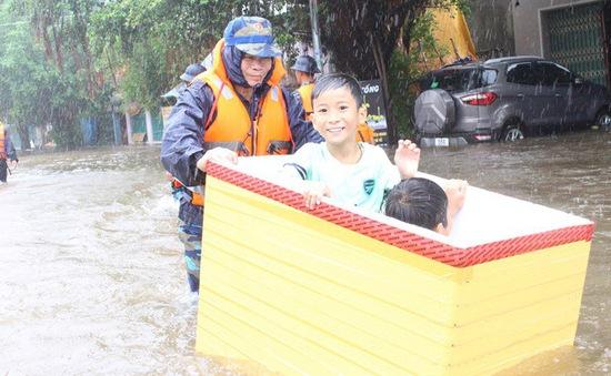 Hải quân giúp nhân dân Phú Quốc khắc phục mưa lũ