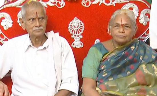 Vừa đẻ con  sinh đôi, cha mẹ già nhất thế giới nhập viện