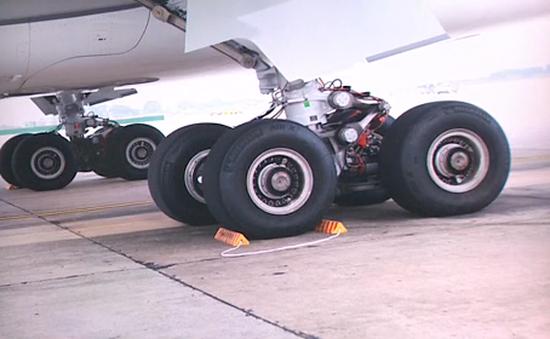 """Máy bay bị cắt lốp 115 lần """"do vật thể lạ"""""""
