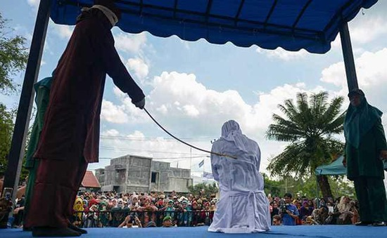 Indonesia: Bị phạt đánh bằng roi vì thể hiện tình cảm nơi công cộng