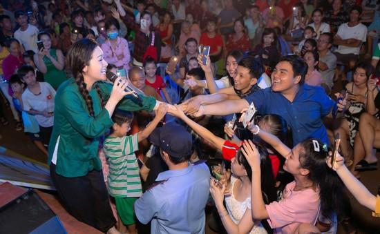 """Hóa thân thành cô gái 18 tuổi, Nhật Kim Anh bất ngờ bị khán giả """"bủa vây"""""""