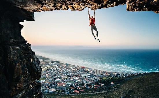 Vượt qua sợ hãi với thử thách leo núi đá bằng... tay không