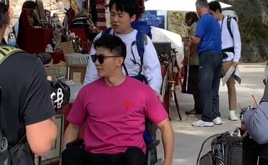 Lý Thần gặp chấn thương, phải ngồi xe lăn ghi hình show