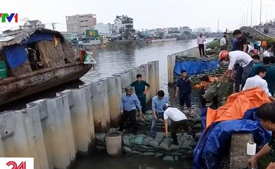 Vỡ bờ kè do triều cường, hàng trăm nhà dân TP.HCM vật lộn chống ngập