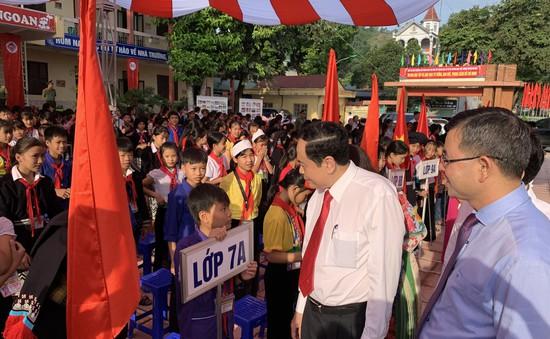 Đồng chí Trần Thanh Mẫn dự khai giảng ở Hòa Bình