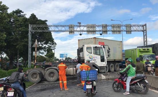 Kinh hoàng xe container gây tai nạn trên cầu vượt Sóng Thần