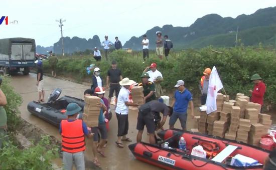 Cứu trợ người dân vùng lũ Quảng Bình