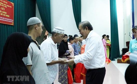 Phó Thủ tướng Trương Hòa Bình tặng quà Tết cho đồng bào Chăm