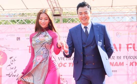 Hoa hậu Phương Khánh diện áo dài catwalk cùng diễn viên Tuấn Tú