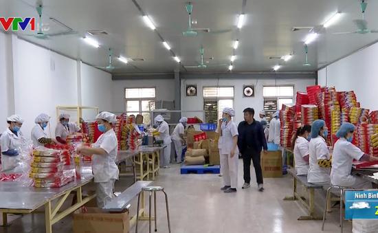 Nhộn nhịp không khí mua sắm ngày giáp Tết tại Hà Nội và TP.HCM