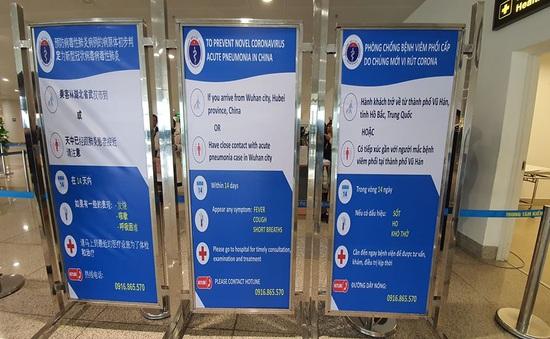 Phát tờ rơi phòng chống bệnh viêm đường hô hấp cấp tại cửa khẩu