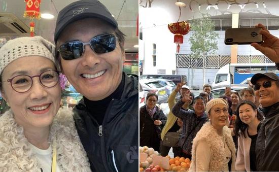 Châu Nhuận Phát đi mua sắm cho Tết cùng Uông Minh Thuyên