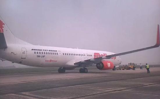 Máy bay nổ lốp ở sân bay Nội Bài