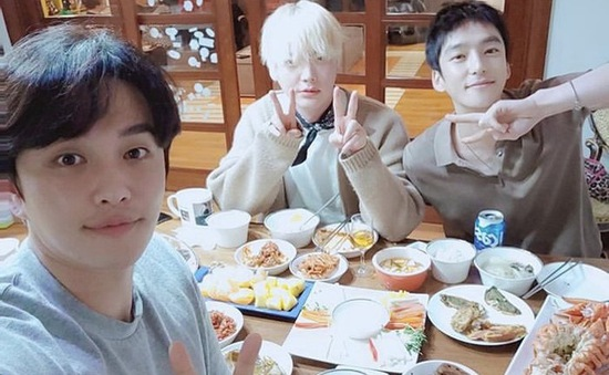 Hậu ly hôn, Ahn Jae Hyun đón Tết cùng đám bạn thân