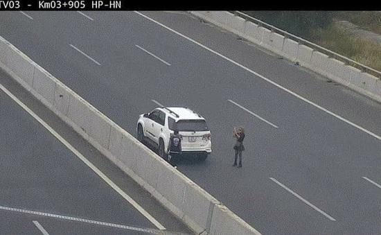 Phạt 7 triệu đồng nữ tài xế ngang nhiên đỗ xe chụp ảnh trên cao tốc