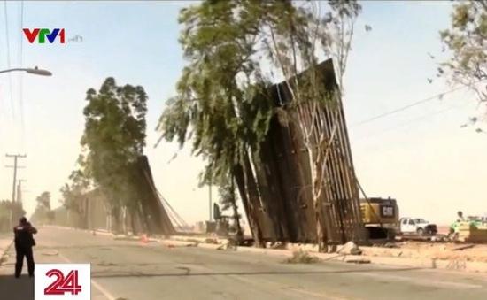 Một phần tường biên giới Mỹ - Mexico đổ nghiêng do gió lớn