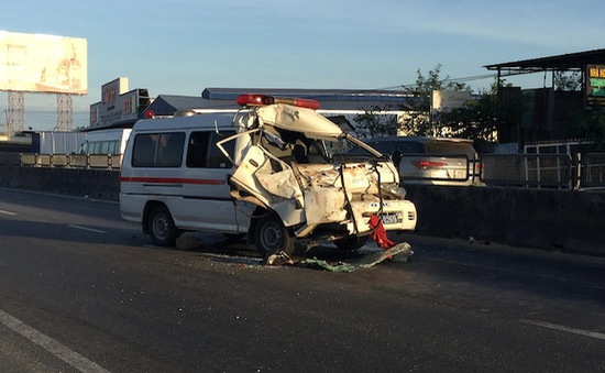 Bình Thuận: Xe cứu thương đâm xe chở công nhân