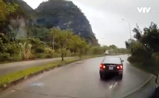 Clip: Lùi xe tránh chốt giao thông