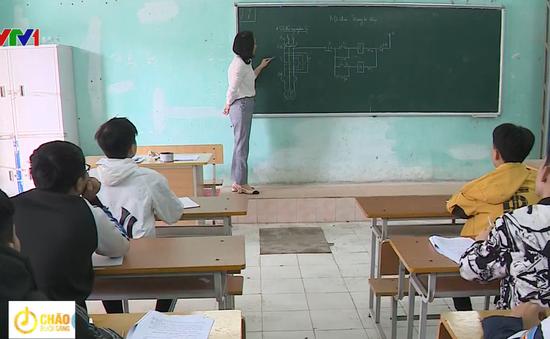 """Hàng trăm giáo viên """"dài cổ'' chờ lương"""