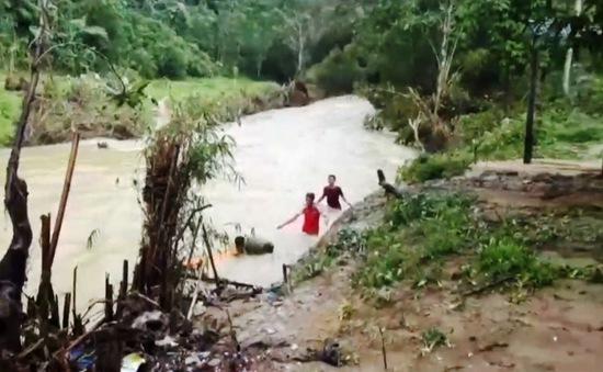 """Vượt sông """"cõng"""" lương thực hỗ trợ người dân vùng lũ"""