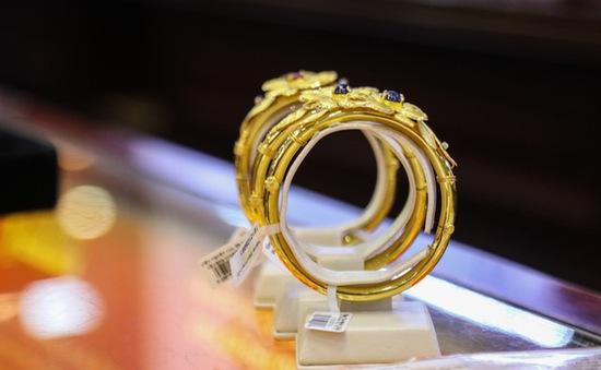 Mặc COVID-19, các cặp đôi sẵn sàng chi vài chục triệu đồng cho nhẫn cưới