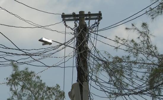 Dây điện chằng chịt như mạng nhện, công tơ chen lấn trên cột điện