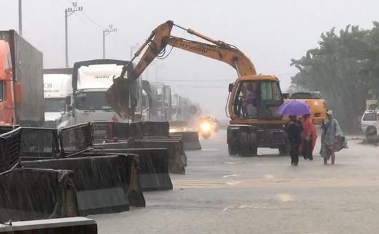 Quảng Bình: Giao thông ùn ứ nhiều điểm do ngập lụt