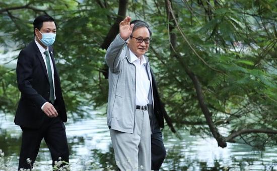 Thủ tướng Nhật Bản Suga Yoshihide đi dạo quanh Hồ Hoàn Kiếm buổi sáng