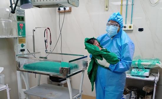 Em bé vừa chào đời đã mang kháng thể chống COVID-19