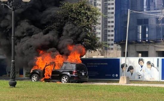 Xế sang tiền tỷ bất ngờ cháy trơ khung trên phố Hà Nội