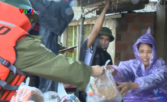 Nghệ An: Hỗ trợ lương thực, nhu yếu phẩm cho bà con bị cô lập trong 4 ngày qua