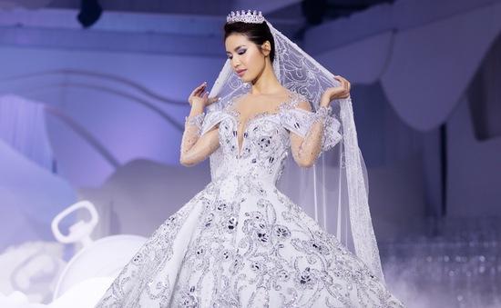Choáng với bộ váy 50.000 viên pha lê của siêu mẫu Minh Tú
