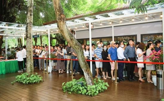 Bất ngờ trước cảnh tượng xếp hàng dài từ sáng sớm để xem nhà mẫu và mua nhà tại Ecopark