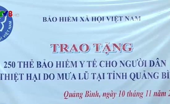 Tặng thẻ BHYT cho đồng bào vùng lũ Quảng Bình