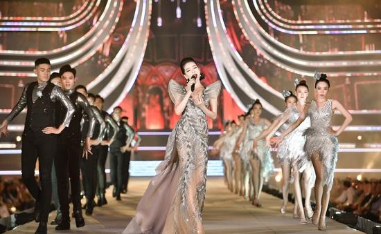 """Lệ Quyên, Quang Dũng """"nồng nàn"""" trên sàn diễn thời trang của Hoa hậu Việt Nam 2020"""