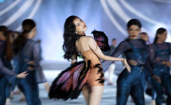 Chi Pu diện váy táo bạo trên sân khấu Hoa hậu Việt Nam 2020