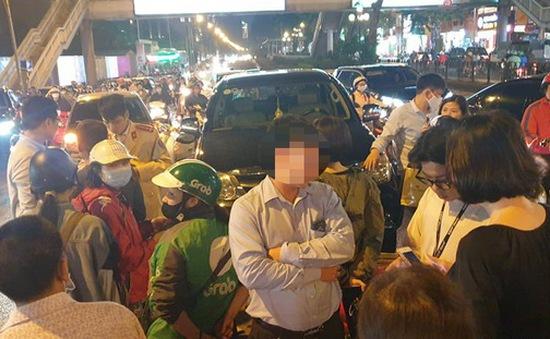 Tài xế xe Fortuner nghi say rượu, tông hàng loạt xe trên phố