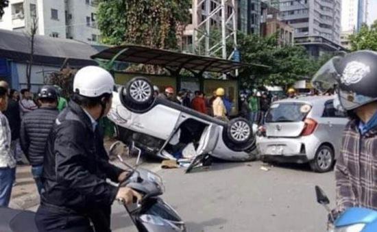 Hà Nội: Tai nạn liên hoàn, xe ô tô lật ngửa giữa phố