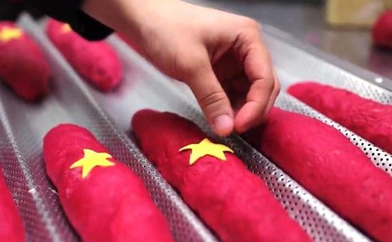 Độc đáo bánh mì Tổ quốc mang hình ảnh cờ đỏ sao vàng