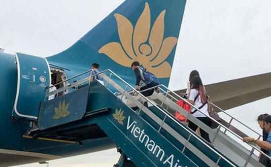 Khách nam châm lửa đốt khăn trên máy bay Vietnam Airlines bị phạt 2 triệu đồng
