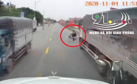 Sang đường thiếu quan sát, nam sinh suýt bị xe container đâm