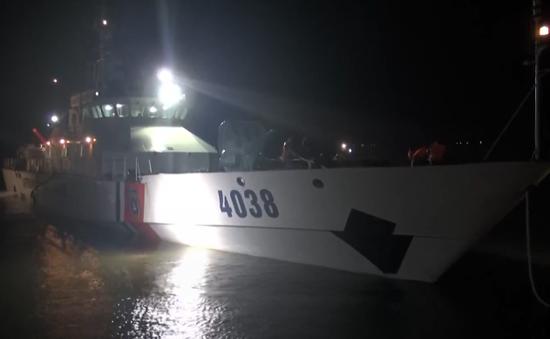 Vùng Cảnh sát biển 2 cứu thuyền viên gặp nạn trên biển