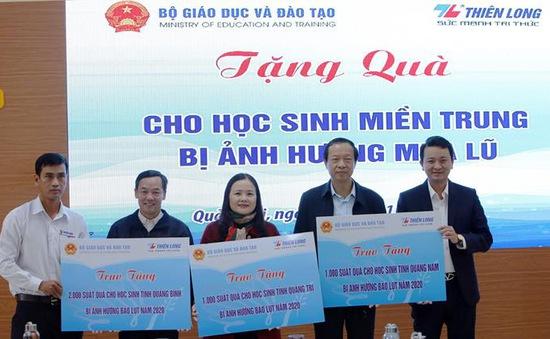 Bộ GD&ĐT tặng 4.000 suất đồ dùng học tập cho học sinh miền Trung