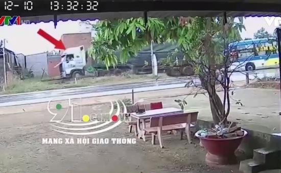 Clip: Xe khách vượt ẩu suýt gây tai nạn thảm khốc