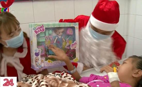 """""""Ông già Noel"""" mang đến Giáng sinh ấm áp cho các bệnh nhi"""
