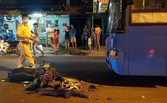 Đối đầu xe bus, xe máy gãy đôi, 1 người bị thương nặng